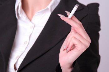 鼻から煙を出す・灰の落とし方が汚い……男が無理と感じる喫煙女子の特徴