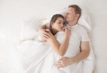 彼氏に腕枕をしてほしい!痛くないやり方や手の位置など5つのコツ
