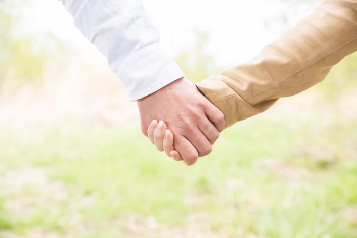 付き合う前のデートで手をつなぐのってあり?男性心理を解説