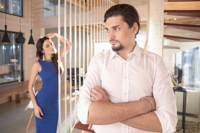 男性から「近寄りがたい……」と避けられてしまう女性の特徴9つ