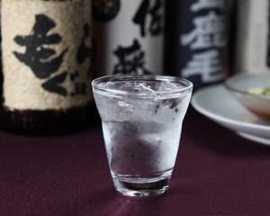 グラスの水滴を拭く