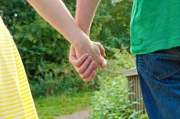 付き合う前に手をつなぐ
